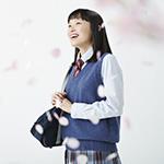 桜の花の中空を仰ぐ女子高校生